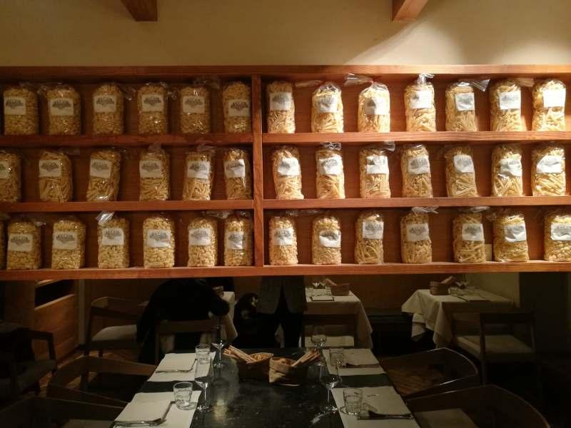 salle de restaurant avec paquet de pâte au mur à Turin,