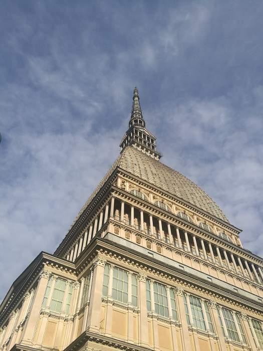 Immeuble avec une flèche à son extrêmité à Turin,