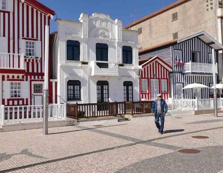 maisons colorés avec rayures rouges dans le village d'Alveiro