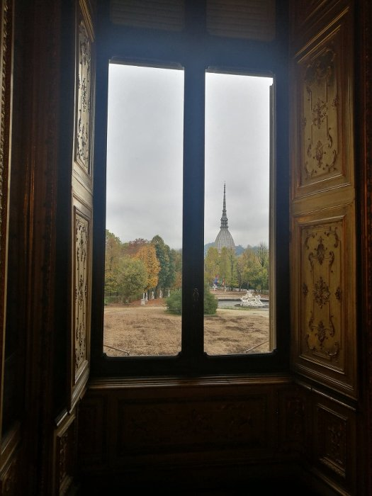 paysage d'un jardin vu par l'encadrement d'une fenêtre à Turin, publié dans le magazine les boomeuses