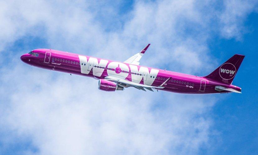 Photo d'un avion violet volant dans le ciel, paru dans les boomeuses.com