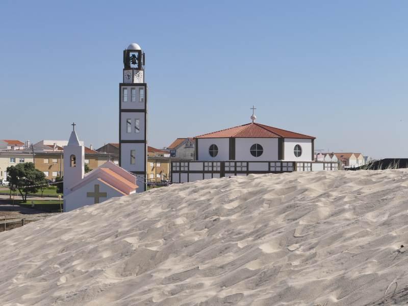 Eglise moderne au Portugal, posée sur le sable, parue dans e magazine les boomeuses