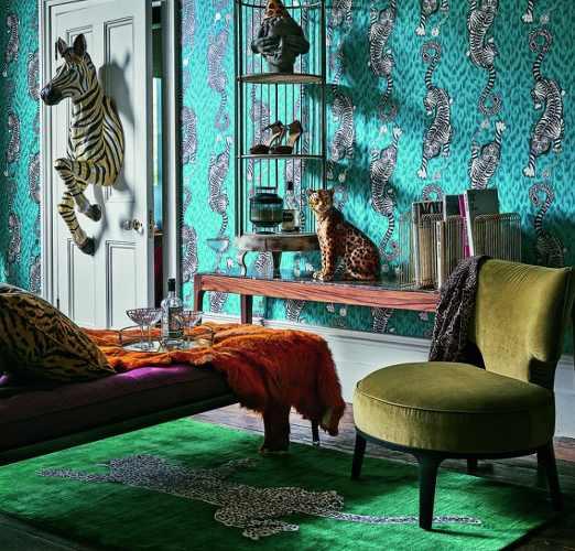 intérieur très coloré avec papier peint au mur vert et méridienne violette, les boomeuses