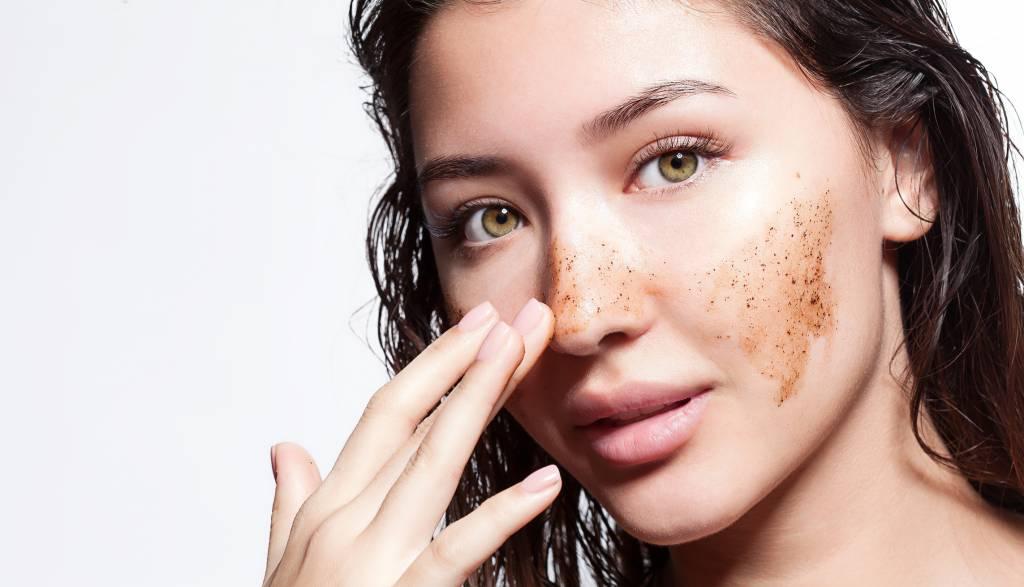 femme se touchant le visage avec une tache brune sur la joue