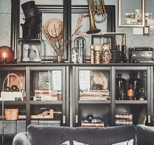 photo d'un intérieur avec un canapé et une étagère remplie de bibelots paru dans le magazine les boomeuses