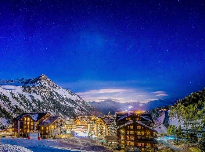 village de montagne Arc 1950 éclairé de nuit, publée dans le magazine les boomeuses