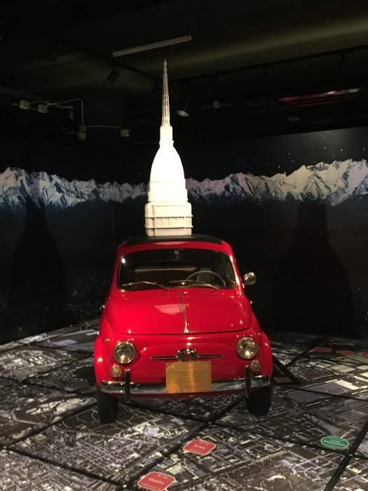 Photo d'une FIat 500 rouge exposée dans le musée de Turin , les boomeuses