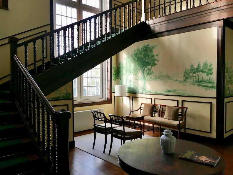 photo d'un hall avec des fauteuils et un escalier en bois torsadé au portugal, publié sur les boomeuses