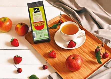 photo d'un plateau avec sachet de thé de la route des comptoirs et tasse de thé remplie