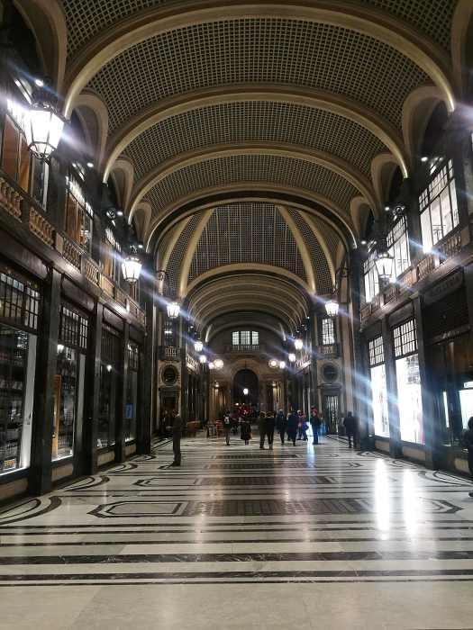 Photo de galerie marchande à Turin avec architecture en fer et verre publiée dans le magazine les boomeuses