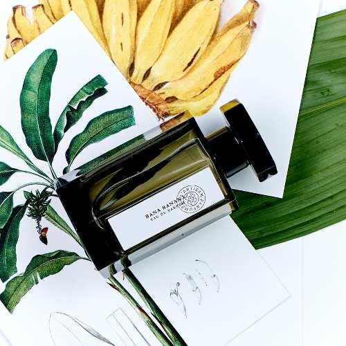 photo d'un flacon de parfum de l'artisan parfumeur posé sur des dessins de banane publié dans les boomeuses