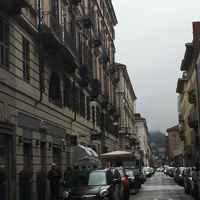 Des rues entourées d'immeubles chics à Turin, les boomeuses.com