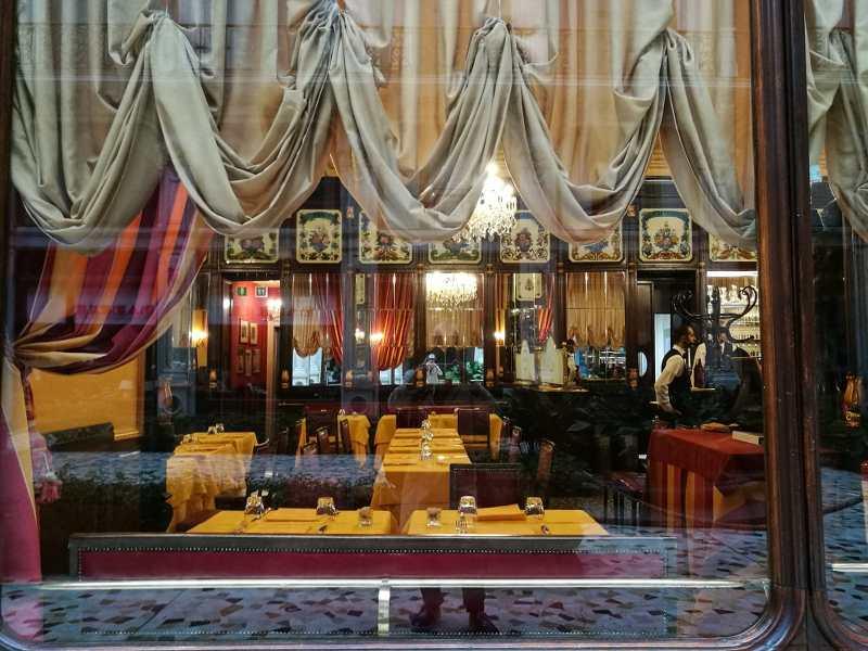 intérieur d'un café ancien avec tentures er banquettes à Turin