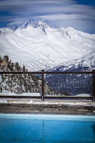 photo de piscine extérieure à la montagne, les boomeuses