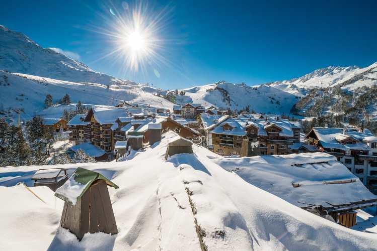 photo d'un village de montagne et chalets à Arc 1950 parue dans les boomeuses