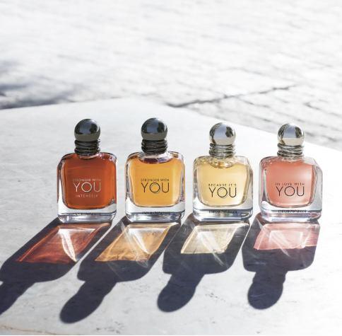 photo de 4 flacons de parfums posés paru dans le magazine les Boomeuses