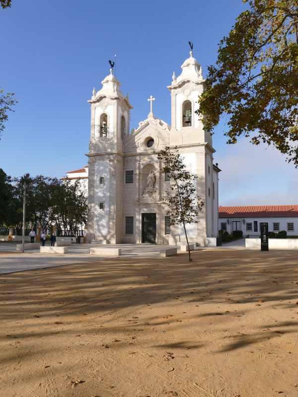 Eglise blanche sur une petite place au Portugal, les boomeuses