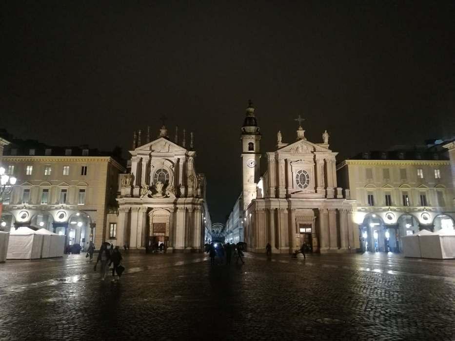 photo d'une place à Turin encadré de deux églises identiques, publiée dans le magazine les Boomeuses