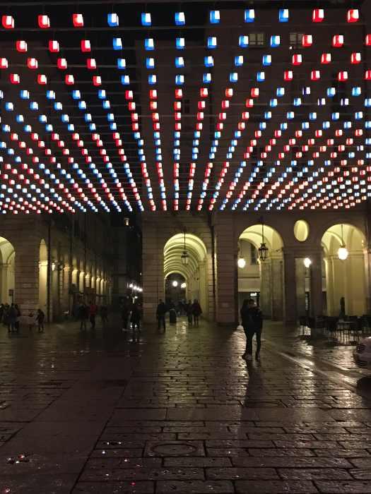 photo d'une place à Turin éclairée par des guirlandes lumineuses publiée dans le blog les boomeuses