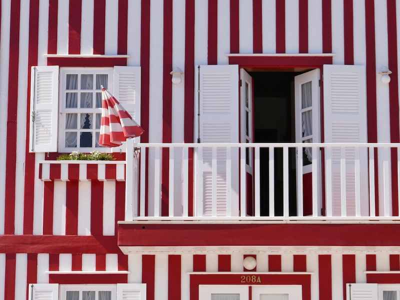 maison à rayure rouge et blanche au portugal