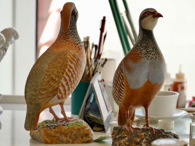 deux pigeons orangées en porcelaine, posés sur une table, publiée dans les boomeuses