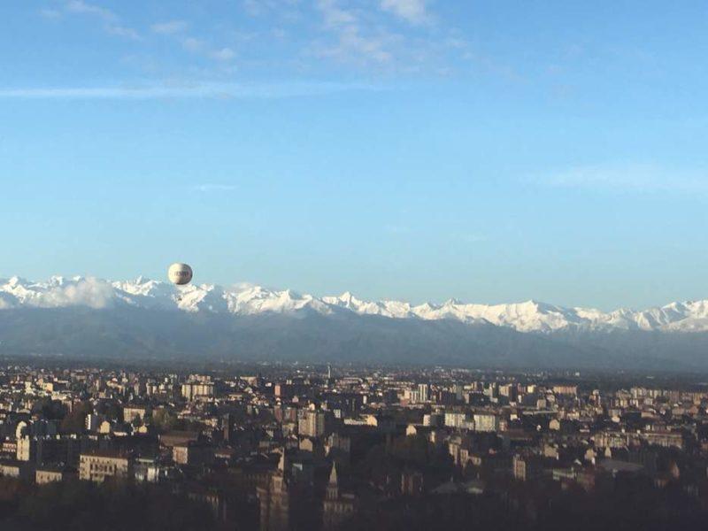 Vue de Turin avec des immeubles et au fond une chaîne de montagne, publiée dans le blog les boomeuses.com