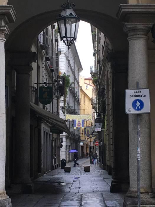 Photo d'une petite rue piétonnière à Turin, parue dans les boomeuses