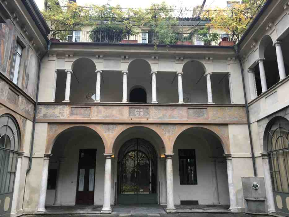 Photo du hall d'un ancien palais Renaissance à Turin, parue dans les boomeuses