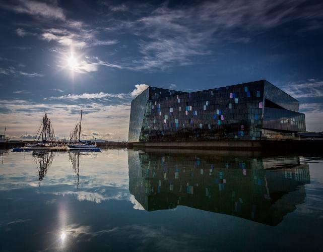 photo d'un bâtiment moderne sur l'eau en Islande, publié dans lesboomeuses.com