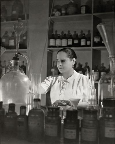 Helena Rubinstein en train de préparer des formels chimiques dans son labo, publié dans le magazine les boomeuses