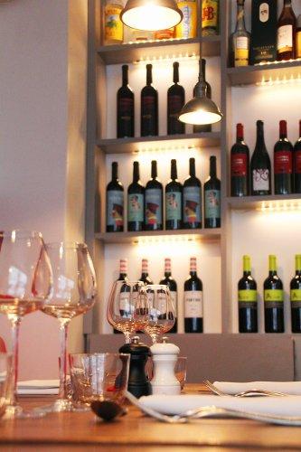 étagère de bouteilles de vin au restaurant l'escient à paris