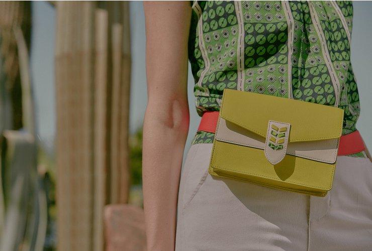 femme portant un sac en bandoulière