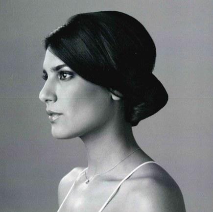 portrait en noir et blanc d'une femme avec un chignon pour un mariage