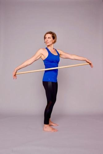 femme debout en train de faire de la gym douce, publiée sur les boomeuses