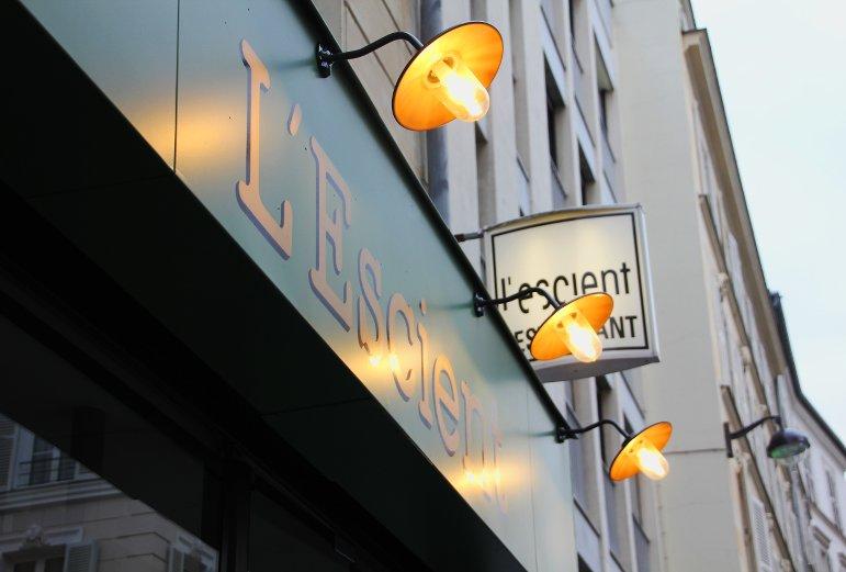 façade de restaurant dans une rue parisienne