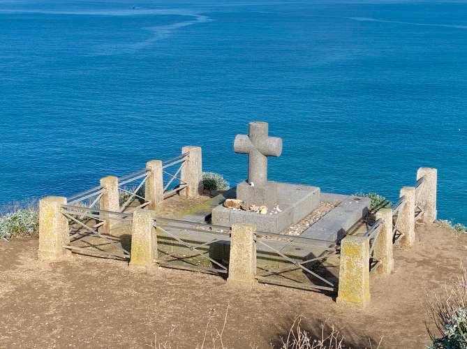 tombe en pierre de Chateaubriand posée au bord de la mer de Saint-Malo