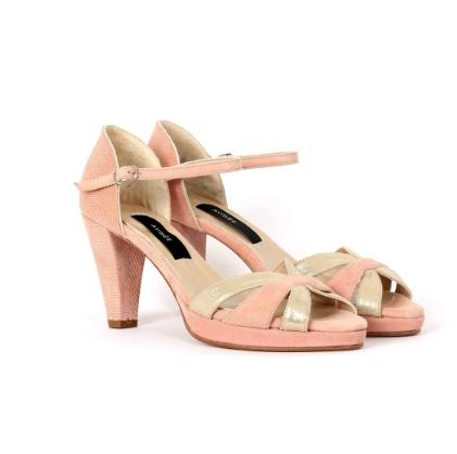 paire de chaussures femmes en cuir rose et or pour une mariée, publiée dans le magazine les boomeuses