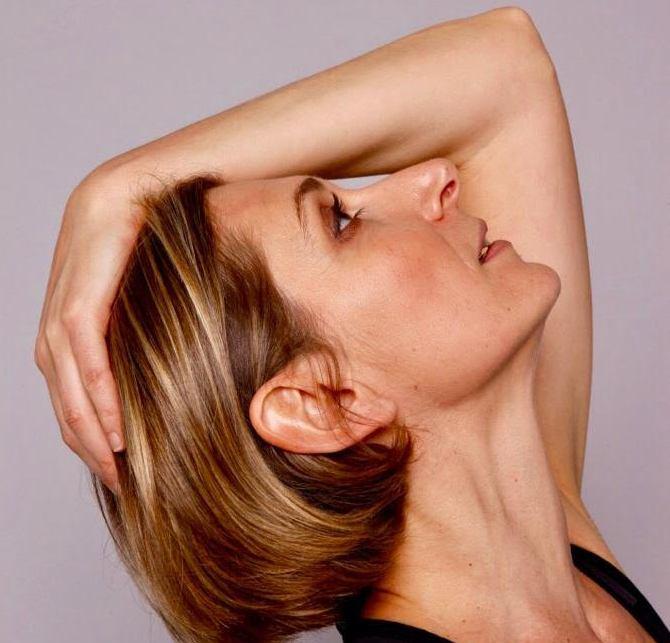 profil de femme le bras derrière la tête en train de faire de la gym