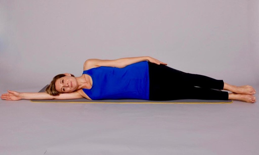 femme couchée sur un tapis de gym