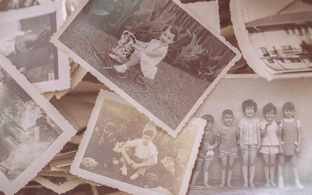 tas de photos d'enfants en noir et blanc pour écrire une biographie
