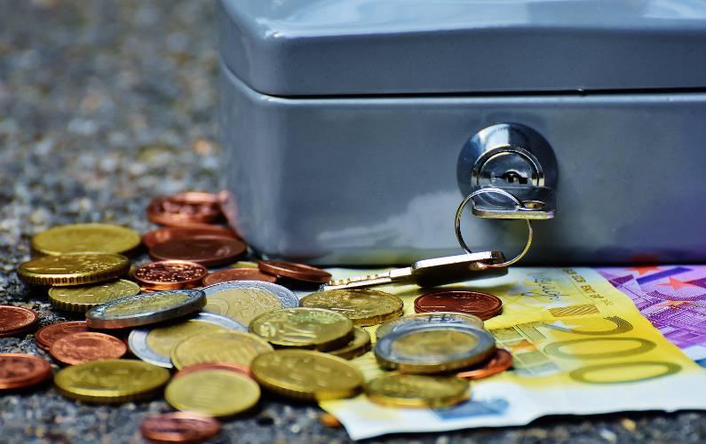 tirelire avec devant des pièces de monnaie et des billets pour l'étude Cofidis