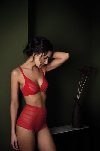 femme en culotte montante et soutien-gorge rouge à mettre sous une robe de mariée