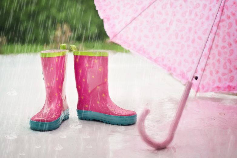 photos de bottes de pluie rose et d'un parapluie rose ouvert paru dans le magazine les boomeuses