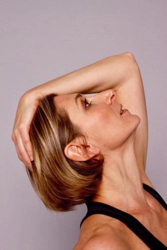 profil de femme tête en avant pour gym douce