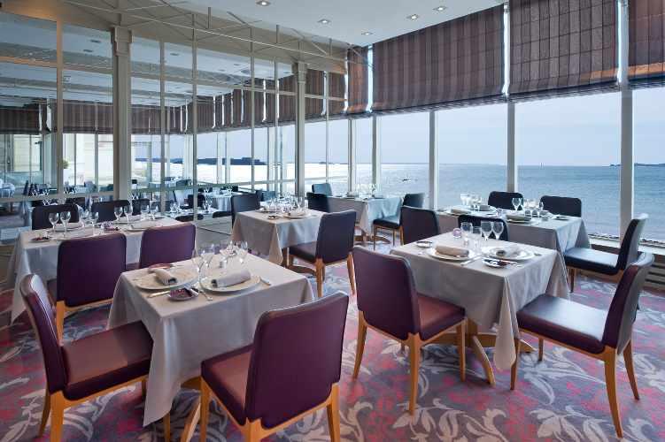 la salle de restaurant des thermes marins de Saint-Malo avec vue sur la mer