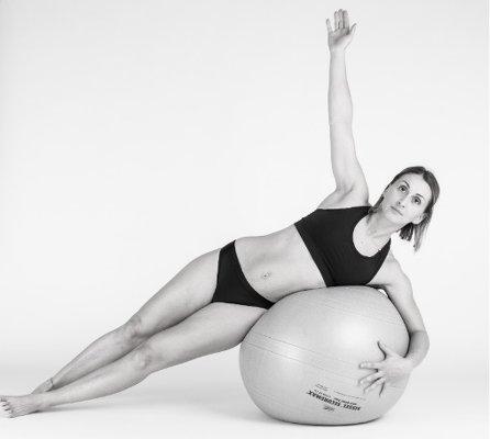 Femme en train de faire de la gym sur un ballon pour muscler son périnée