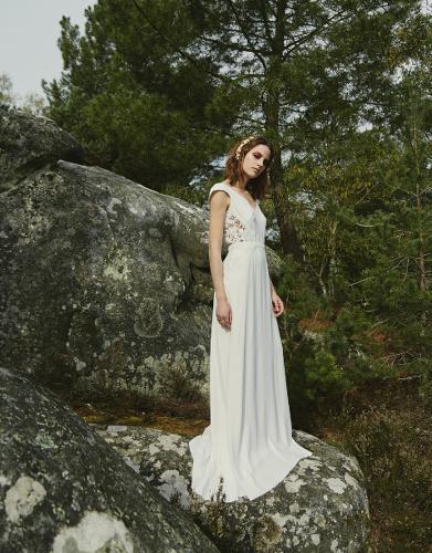 jeune femme posant en robe de mariée blanche