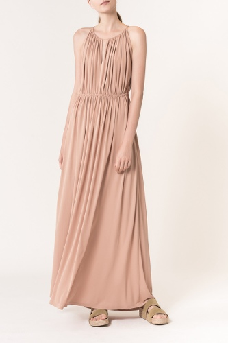 femme en robe longu eplisée beige, les boomeuses