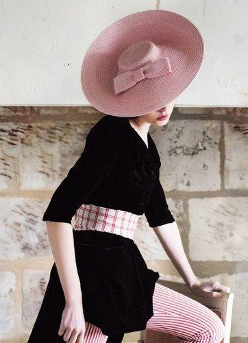 femme avec un grand chapeau de paille sur la tête pour mariage