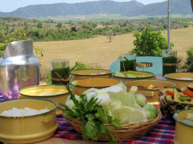pique nique avec bols de légumes en thaïlande du nord